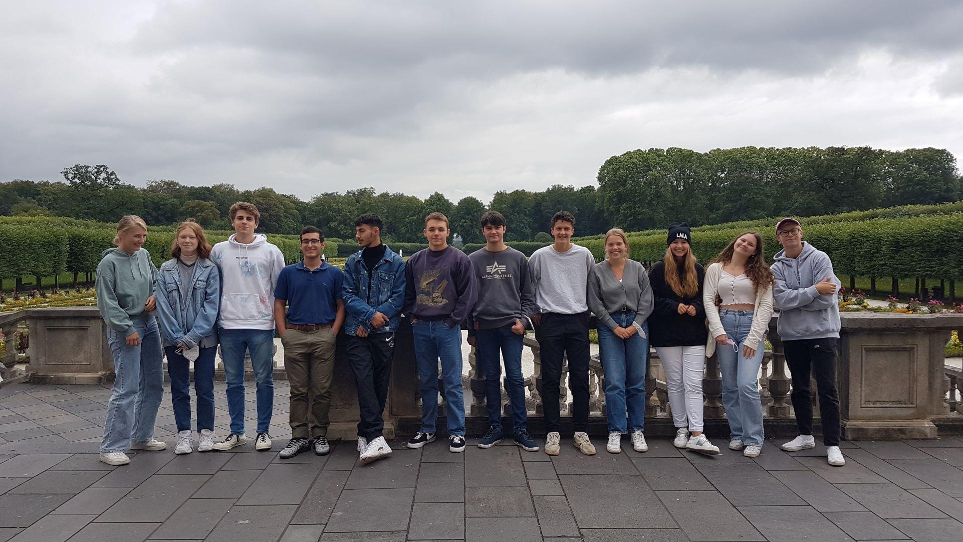 SchülerInnen im Garten des Max-Ernst-Museums
